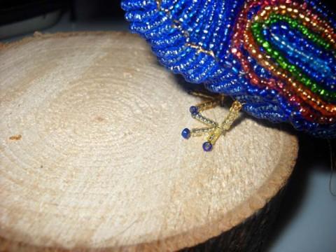 ноги плетем следующим плетением японский способ проволока ( длина 20 см.) набираем 1 темно-синяя бис.